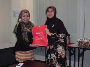 . Kaprodi TIF UAD saat menerima cindra mata dari Prof. DR. Siti Zaitun binti Moh. Hasyim Deputi Dean Fakulty Komputeran UTM